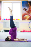 Mujer embarazada que hace yoga fotos de archivo