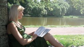 Mujer embarazada que lee un libro almacen de video