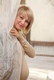 Mujer embarazada que mira hacia fuera Imágenes de archivo libres de regalías