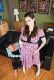Mujer embarazada que rasguña su vientre Imágenes de archivo libres de regalías