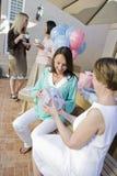 Mujer embarazada que recibe el regalo de la fiesta de bienvenida al bebé imágenes de archivo libres de regalías