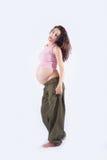 Mujer embarazada que se coloca de mirada Fotos de archivo