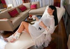 Mujer embarazada que se reclina sobre el sofá Imágenes de archivo libres de regalías