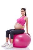Mujer embarazada que se sienta en bola de la aptitud Fotografía de archivo libre de regalías