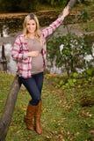 Mujer embarazada sana en un parque Fotografía de archivo