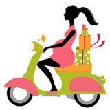 Mujer embarazada scootering con los regalos Fotos de archivo