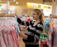 Mujer embarazada shoping Imagen de archivo