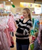 Mujer embarazada shoping Imagen de archivo libre de regalías