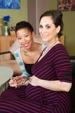 Mujer embarazada sonriente con el socio fotografía de archivo libre de regalías
