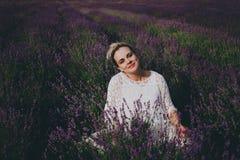 Mujer embarazada sonriente en campo de la lavanda Imagen de archivo libre de regalías