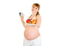 Mujer embarazada sonriente que elige forma de vida sana Foto de archivo libre de regalías