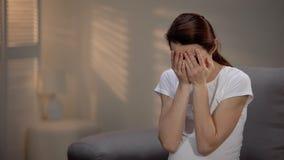 Mujer embarazada triste que llora, depresión prenatal sufridora, sola maternidad foto de archivo