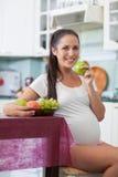 Mujer embarazada y alimento sano fotos de archivo libres de regalías
