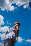 Mujer embarazada y cielo azul nublado Foto de archivo libre de regalías