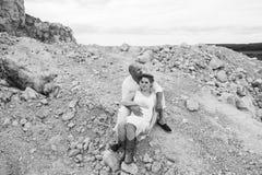 Mujer embarazada y hombre en una mina de piedra Foto de archivo libre de regalías