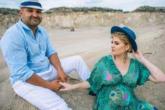 Mujer embarazada y hombre en una mina de piedra Fotos de archivo libres de regalías