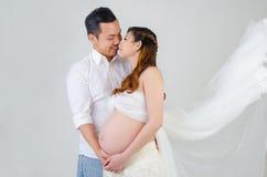 Mujer embarazada y marido del asiático Fotografía de archivo