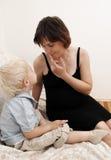 Mujer embarazada y niño pequeño fotografía de archivo libre de regalías
