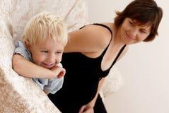 Mujer embarazada y niño pequeño foto de archivo libre de regalías