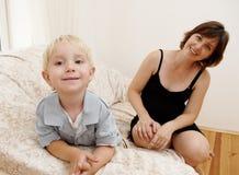 Mujer embarazada y niño pequeño fotografía de archivo