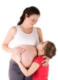 Mujer embarazada y su hija Imagen de archivo libre de regalías
