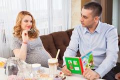 Mujer embarazada y su marido Imagenes de archivo