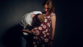 Mujer embarazada y su marido Pares felices 4K metrajes