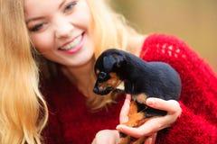 Mujer embrancing su perro de perrito Fotos de archivo libres de regalías