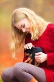 Mujer embrancing su perro de perrito Fotografía de archivo libre de regalías