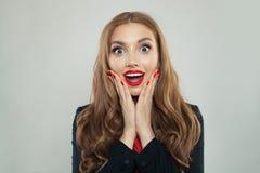 Mujer emocionada con el fondo blanco abierto del mouthon foto de archivo libre de regalías