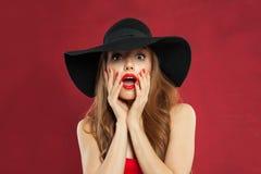 Mujer emocionada con la boca abierta en fondo rojo Girl modelo perfecto foto de archivo libre de regalías
