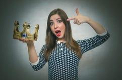 Mujer emocionada con la corona de oro Primer concepto del lugar foto de archivo