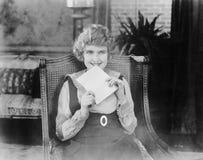 Mujer emocionada con la letra (todas las personas representadas no son vivas más largo y ningún estado existe Garantías del prove imagen de archivo libre de regalías