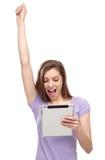Mujer emocionada con la tableta digital Fotos de archivo