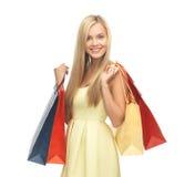 Mujer emocionada con los bolsos de compras Foto de archivo libre de regalías