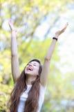 Mujer emocionada con los brazos levantados Fotografía de archivo