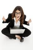 Mujer emocionada con los brazos para arriba que gana en línea Fotografía de archivo