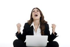 Mujer emocionada con los brazos para arriba que gana en línea Fotografía de archivo libre de regalías