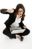 Mujer emocionada con los brazos para arriba que gana en línea Imagen de archivo