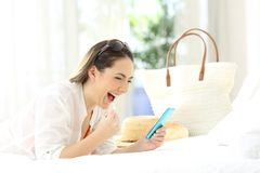 Mujer emocionada con un teléfono el vacaciones de verano Fotos de archivo libres de regalías