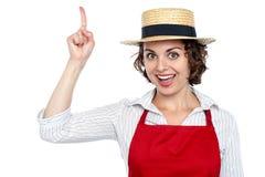 Mujer emocionada del cocinero que señala hacia arriba Imágenes de archivo libres de regalías