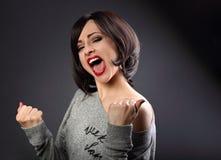 Mujer emocionada del estilo de pelo corto del maquillaje del ganador con la boca abierta fotografía de archivo