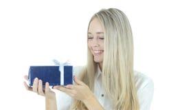 Mujer emocionada después de conseguir el regalo, fondo blanco, joven metrajes