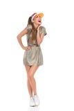 Mujer emocionada en el oro Mini Dress And Sneakers Imagenes de archivo