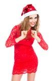 Mujer emocionada en el sombrero de Papá Noel con los puños apretados Imagenes de archivo