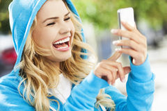 Mujer emocionada en el teléfono móvil Fotografía de archivo