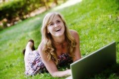 Mujer emocionada en la computadora portátil Foto de archivo libre de regalías