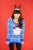 Mujer emocionada en las astas tiara y suéter Imagen de archivo