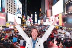 Mujer emocionada feliz en Nueva York, Times Square Fotografía de archivo