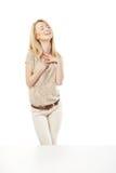 Mujer emocionada joven que mira la ventana de la tienda Imagen de archivo